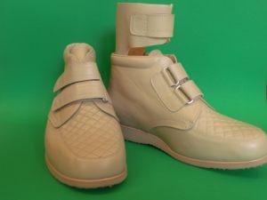 Schuhe mit Steppmuster beige